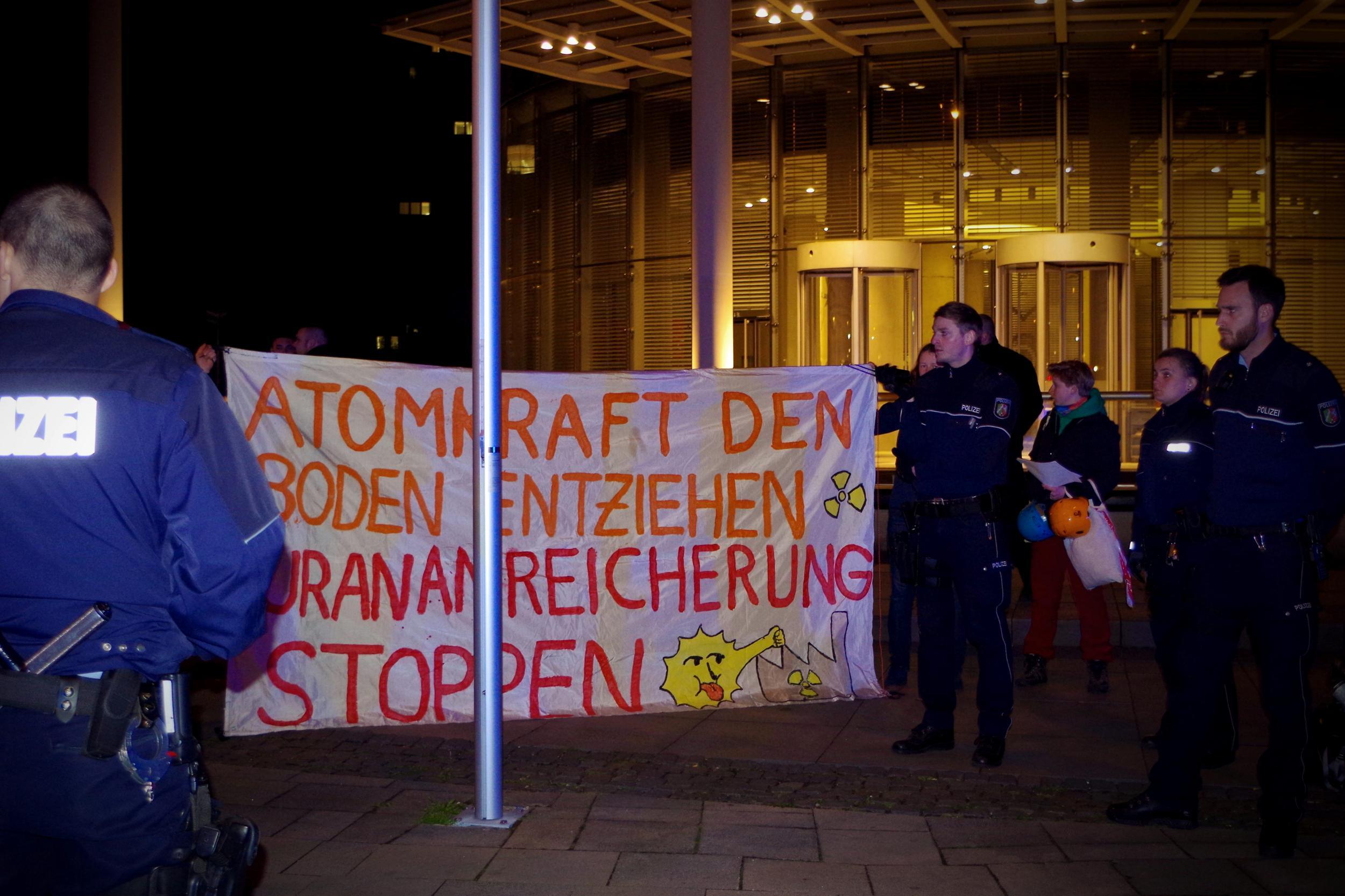 Polizeigewalt gegen Demonstrierenden bei Protestaktion gegen RWE