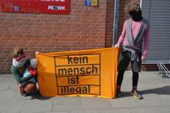 2 Demonstrant*innen bei der #LeaveNoOneBhind-Demo in Lüneburg am 4.4.2020