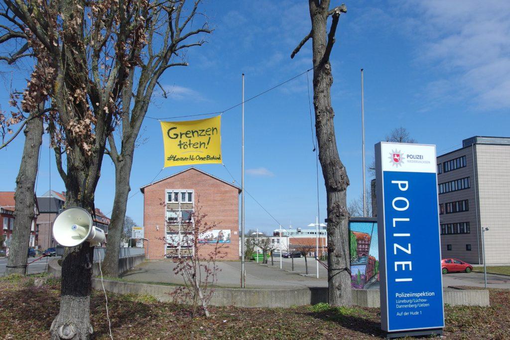 Banner hing direkt vor der Polizeiwache