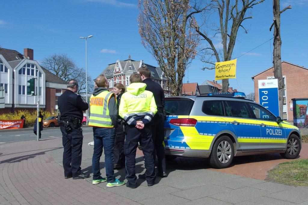 Socialdistancing bei der Polizei mit 0,0 Meter Abstand
