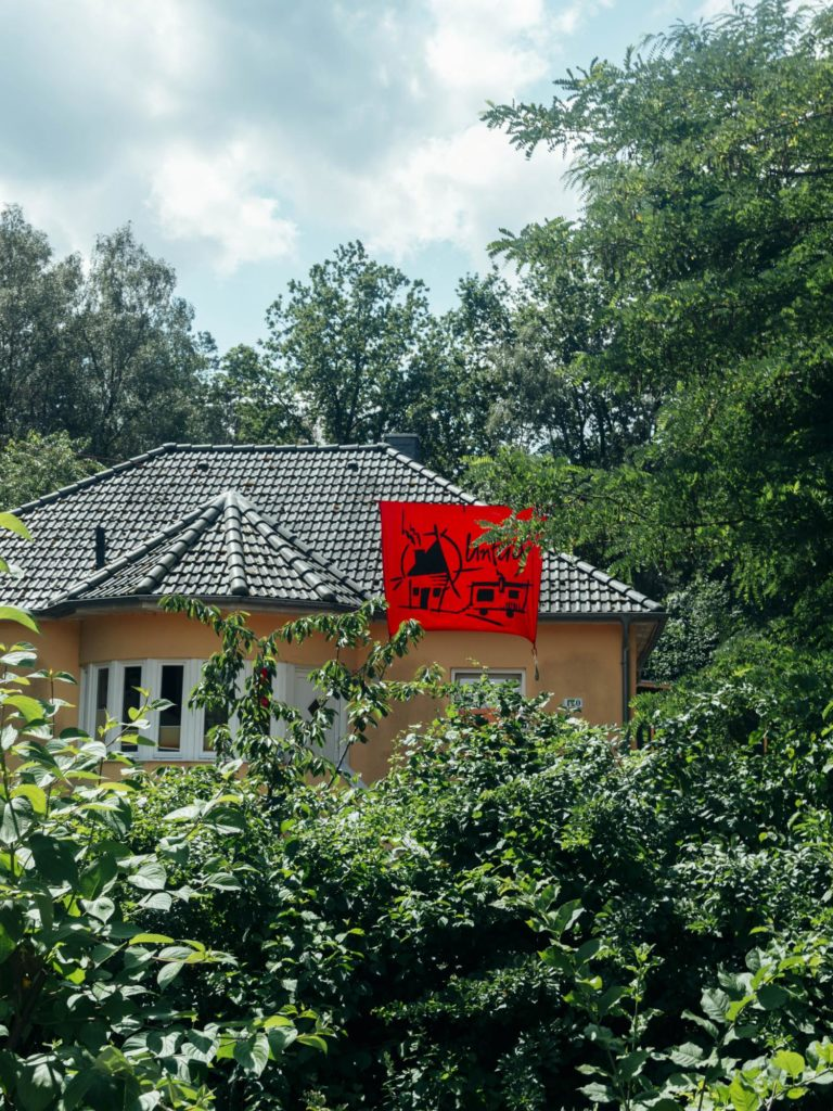 Wohnprojekt Unfug - Haus mit Banner