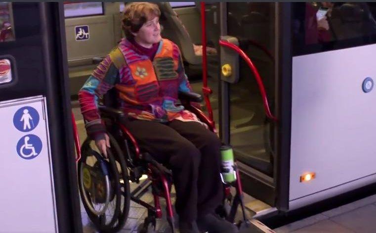 Nur wenige Busaltestellen sind in Lüneburg Barrierefrei, wie hier am Bahnhof - Screenshot aus einem ZDF Beitrag