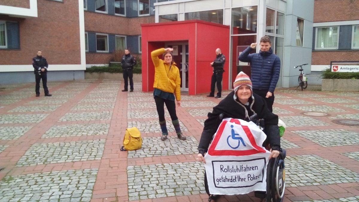 Demonstrieren verboten - imaginäres Banner vorm Amtsgericht Lingen