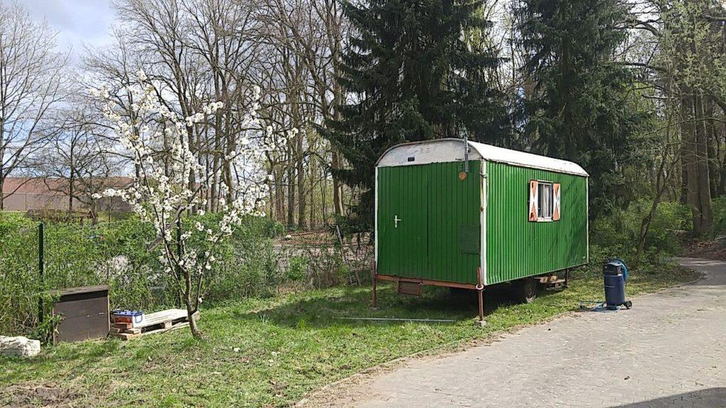 grüner Bauwagen beim Wohnprojekt Unfug