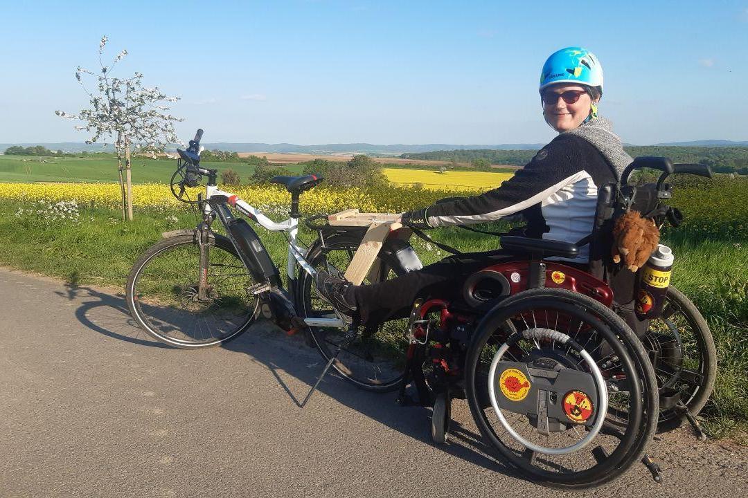 """Cecile im Rollstuhl als """"Anhänger"""" vom Rad davor"""