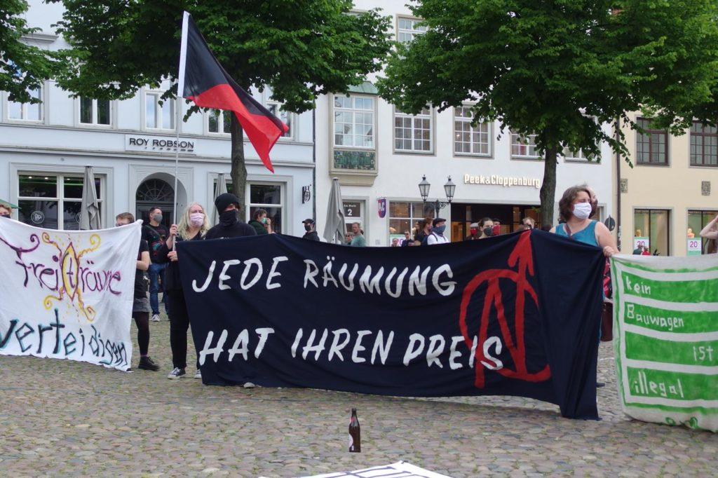 Banner Jede Räumung hat ihren Preis auf der Kundgebung #unfugbleibt am 30.05.2020 in Lüneburg