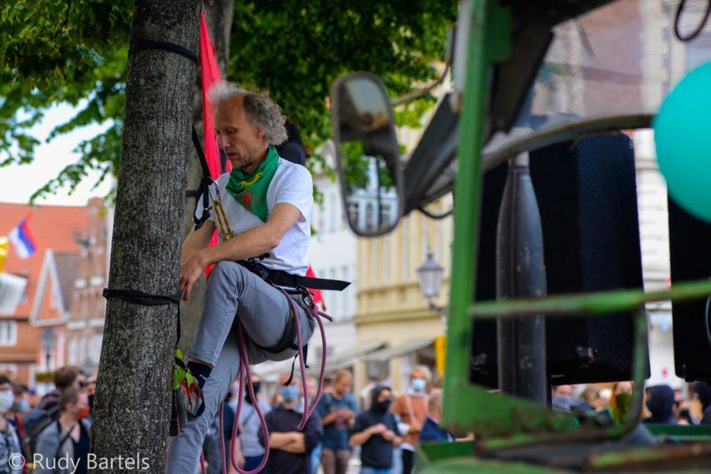 Kletteraktivst auf der Kundgebung #UnfugBleibt am 30.5.2020 in Lüneburg