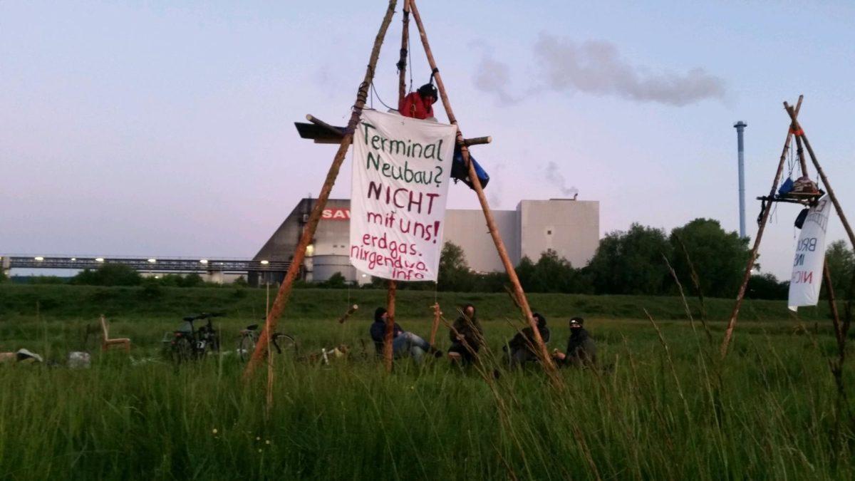 """Bauplatz besetzt: """"Erdgas – Brücke ins Nichts!"""""""