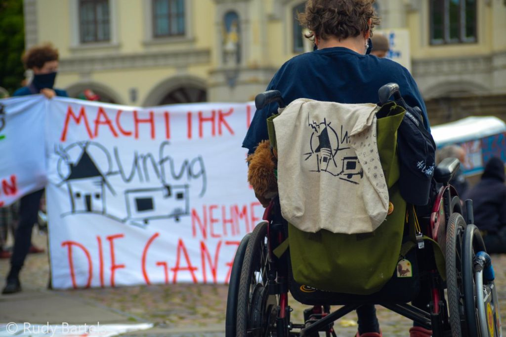 Rollstuhlfahrerin auf der Kundgebung #unfugbleibt am 30.05.2020 in Lüneburg
