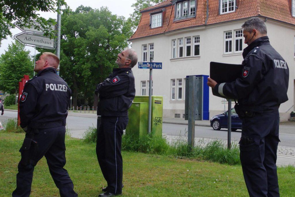 Polizeidirektor Brauer guckt nach oben Richtung Aktivistis im Baum