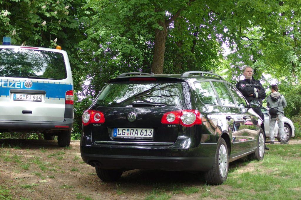 Polizeidirektor Brauer neben Ziviauto