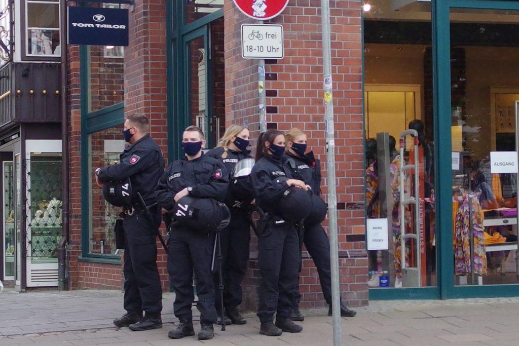 Polizei mit Vermummung und Helme am Rande der Kundgebung #unfugbleibt am 30.05.2020 in Lüneburg