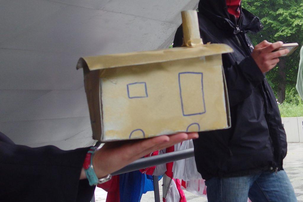 Der goldene Bauwagen für die beschissenste Wohnpolitik, aus Pappkarton, gold angemalt