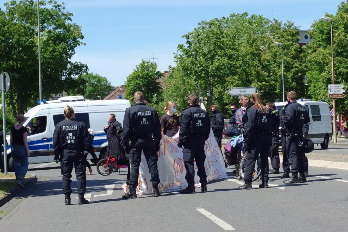 Proteste gegen die AUTO-ritäre Politik