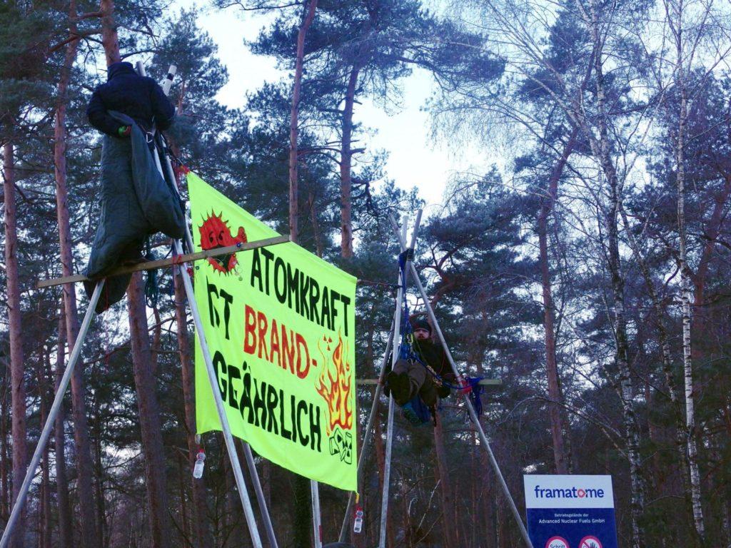 Dreibeinblockade der Brennelementefabrik mit Banner Atomkraft brandgefährlich