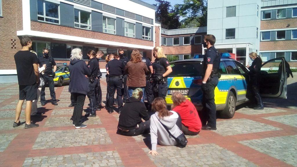 Sitblocade mehrerer Personen am Amtsgericht Lingen