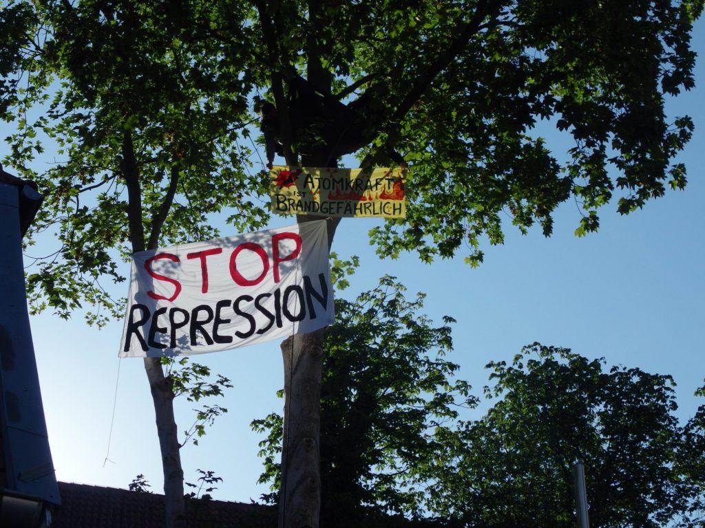 Banner stopp repression und atomkraft brandgefährlich im Baum am Amtsgericht Lingen