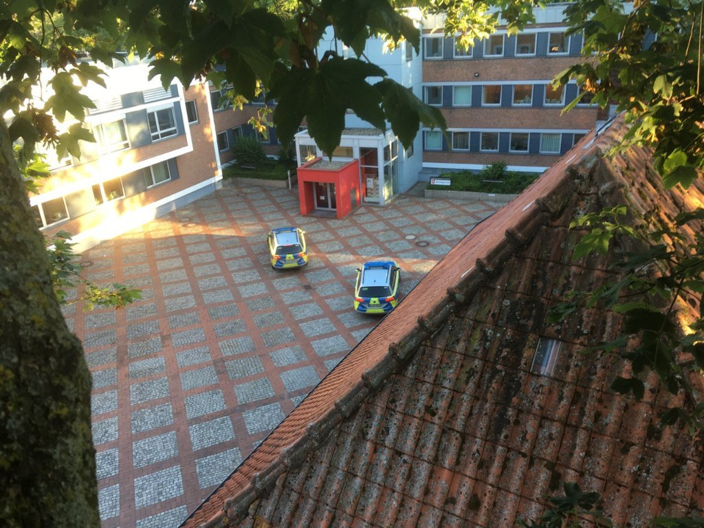 Aussicht von oben, 2 Polizeiautos vorm Amtsgericht Lingen