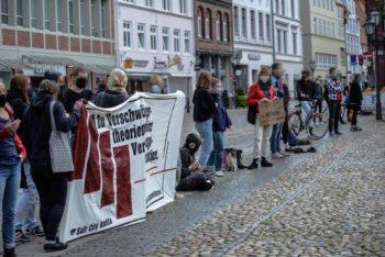 Protest mit Banner gegen die Querfront-Demo in Lüneburg