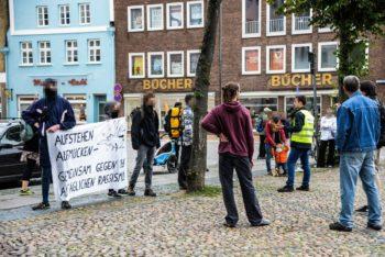 Protest mit Banner gegenQuerfront-Demo in Lüneburg