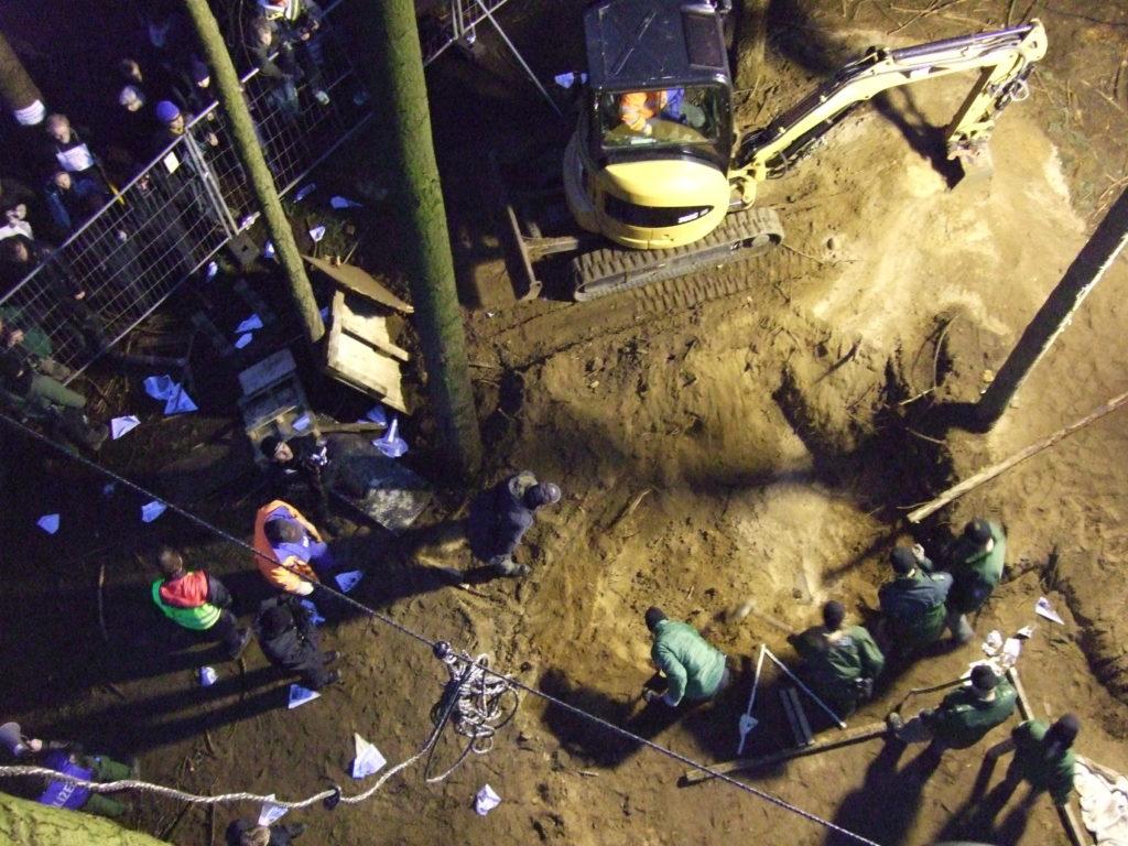 Baumbesetzung in Kelsterbach 2009 - Polizei buddelt und buddelt, Aktivistis haben ein unterirdischer Gang  gebaut und sich dort festgekettet.