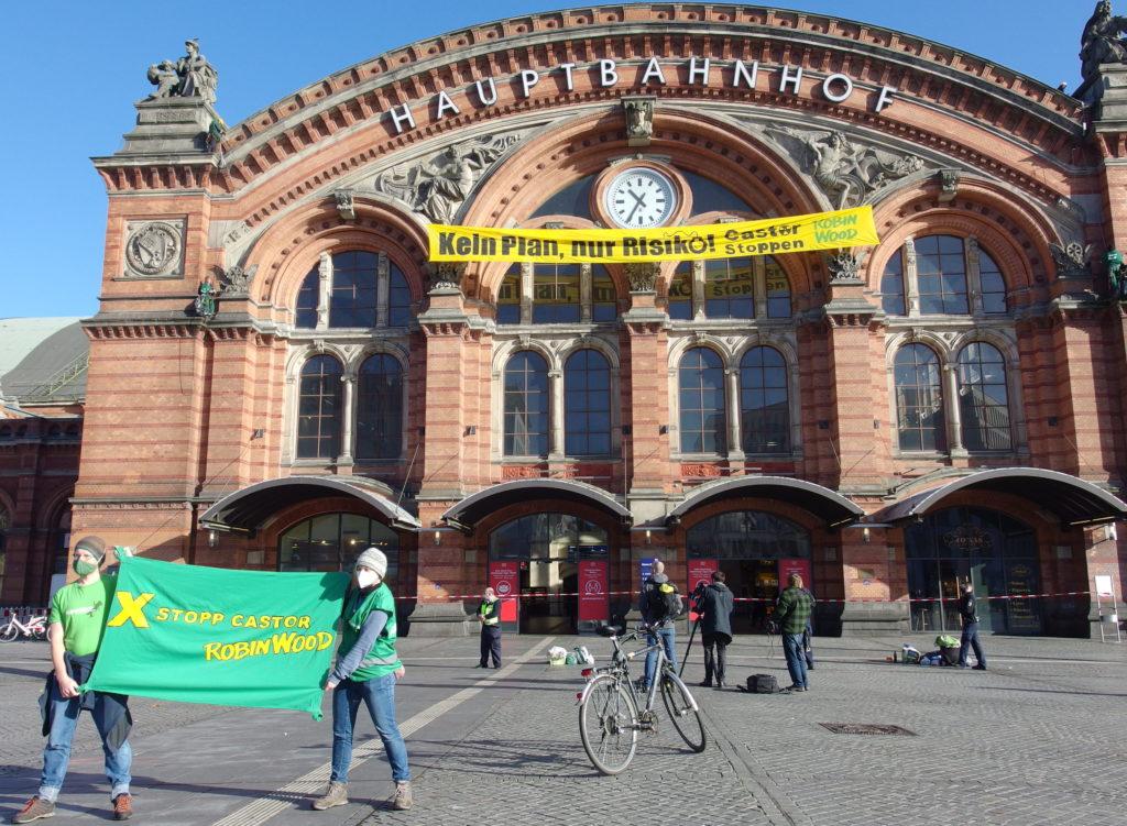 Kein PLan, nur Risiko! Castor stoppen - Banneraktion von Robin Wood am Bremer Hauptbahnhof am 1.11.2020