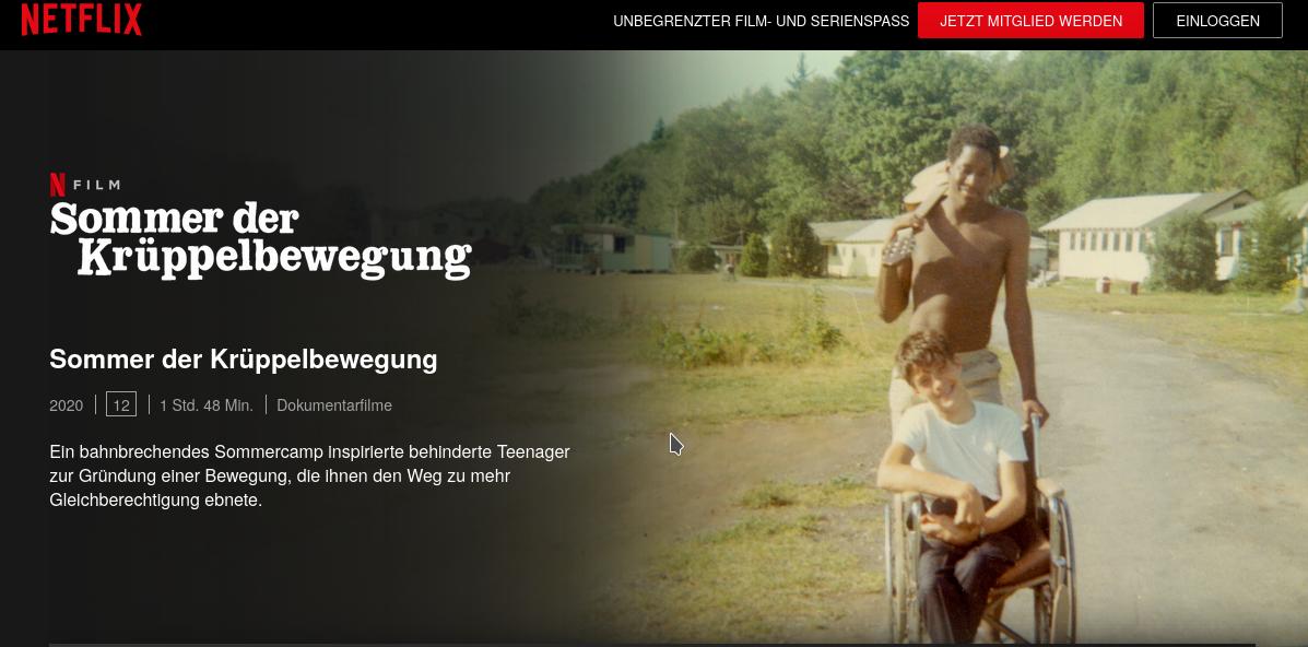 Anzeige zum Film Sommer der Krüppelbeweung (Netflix), Überschrift und eine Person im Rollstuhl mit ihrer Begleitung zu sehen