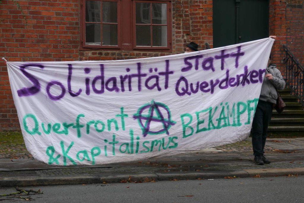 Banner Solidarität statt Querdenker - Querfront und Kapitalismus bekämpfen