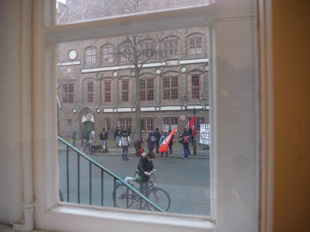 Kundgebung durch das Fenster vomVerhandlungssaal
