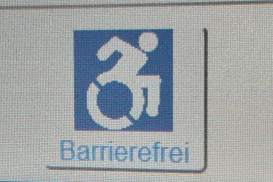 Icon Barrierefrei auf dem Bildschirm vor dem Verhandlungssaal