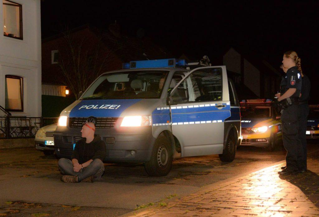 Ratsherr Podstawa sitz vor einem Polizeiauto aus Protest gegen die Anwesenheit von AfD Polizisten Neumann