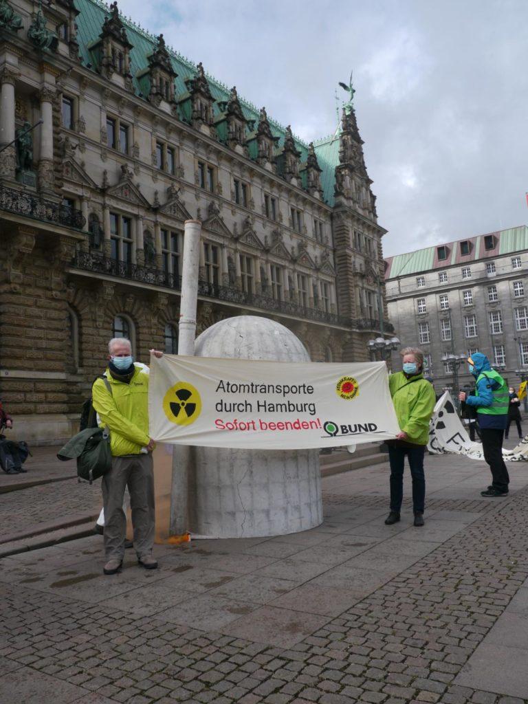 Atomtransporte durch HH stoppen., Banner vom BUND mit AKW-Modell von Robin Wood