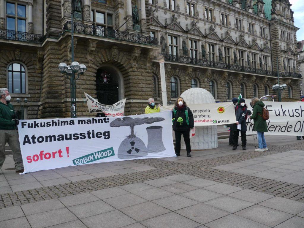 "Robin wood Banner ""Fukushima Mahnt - Atomausstieg sofort"" mit Modell AKW im Hintergrund"