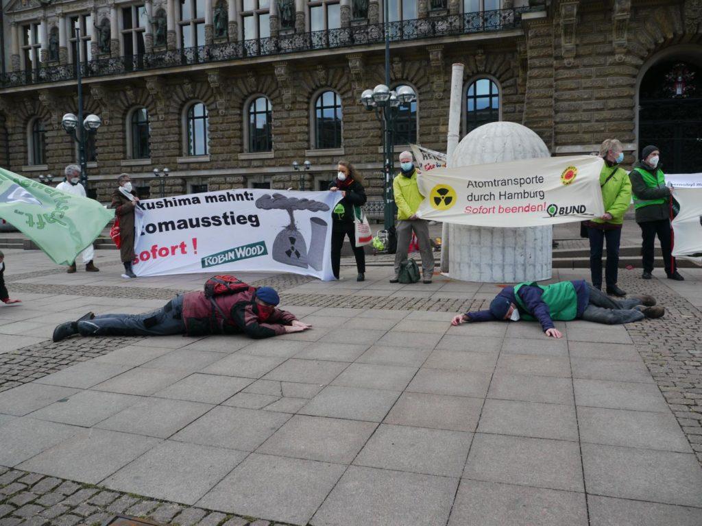 Fukushima Mahnwache HH 2021 - Die IN vor AKW Modell und Schweigeminute für die Opfer