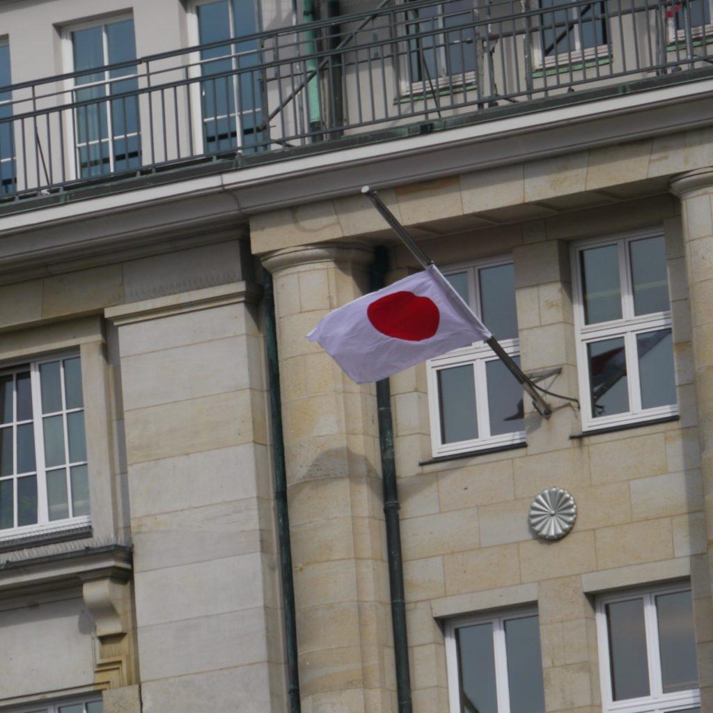 Japanische Fahne auf Halbmast
