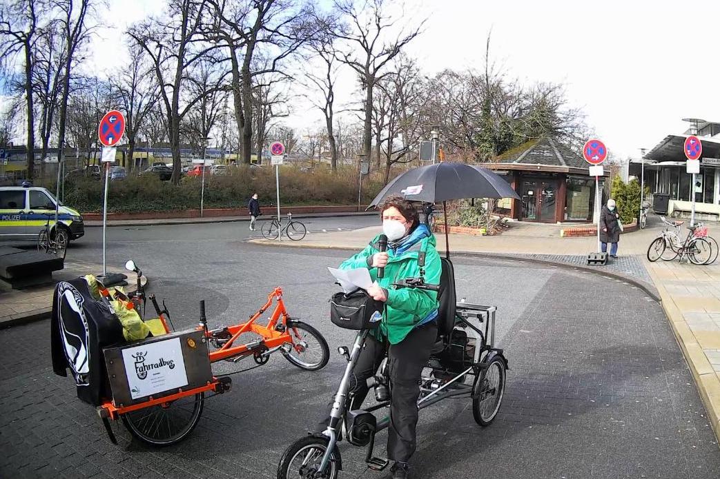 Cecile Lecomte auf ihrem Dreirad bei ihrem Redebeitrag zu Ableismus am Bahnhof auf der Shutdown Demo 27.03.2021