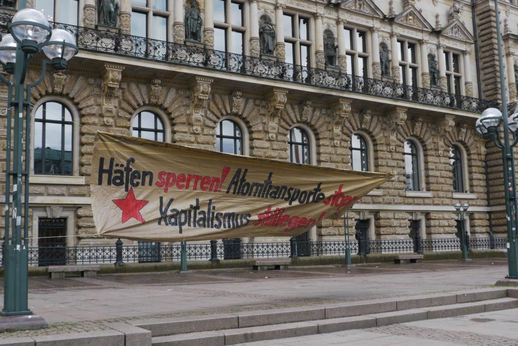 Banner der Gruppe SAND, Hafen sperren, Atomtransporte und Kapitalismus stoppen