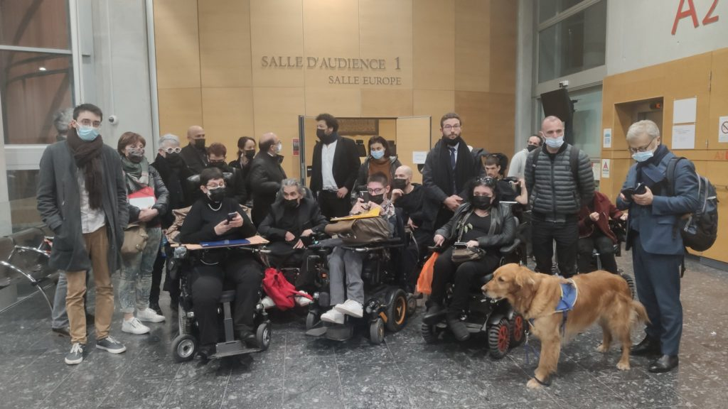 Angeklage, Verteidigung und Unterstützer*innen besetzen das Gerichtsgebäude