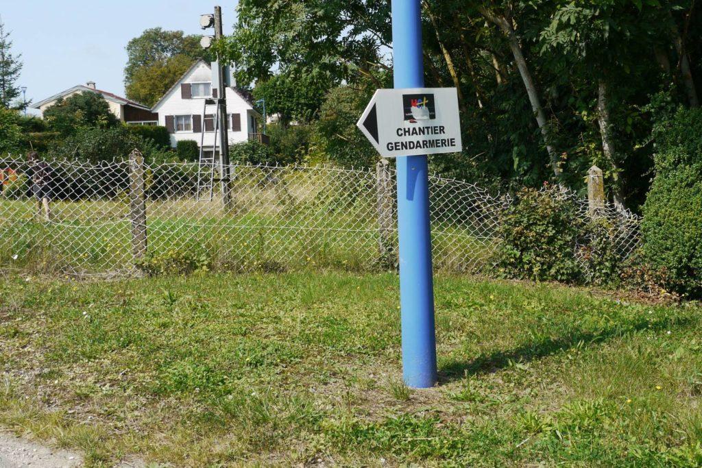 pancarte qui indique la construction d'une nouvelle gandarmerie