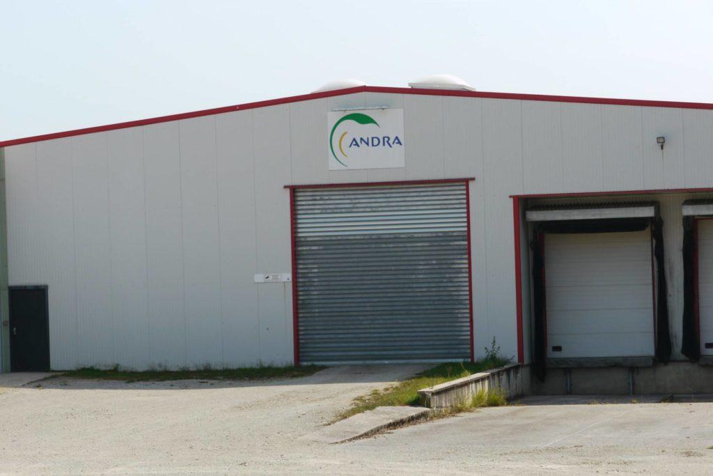 Hangar blanc avec le logo de l'ANDRA