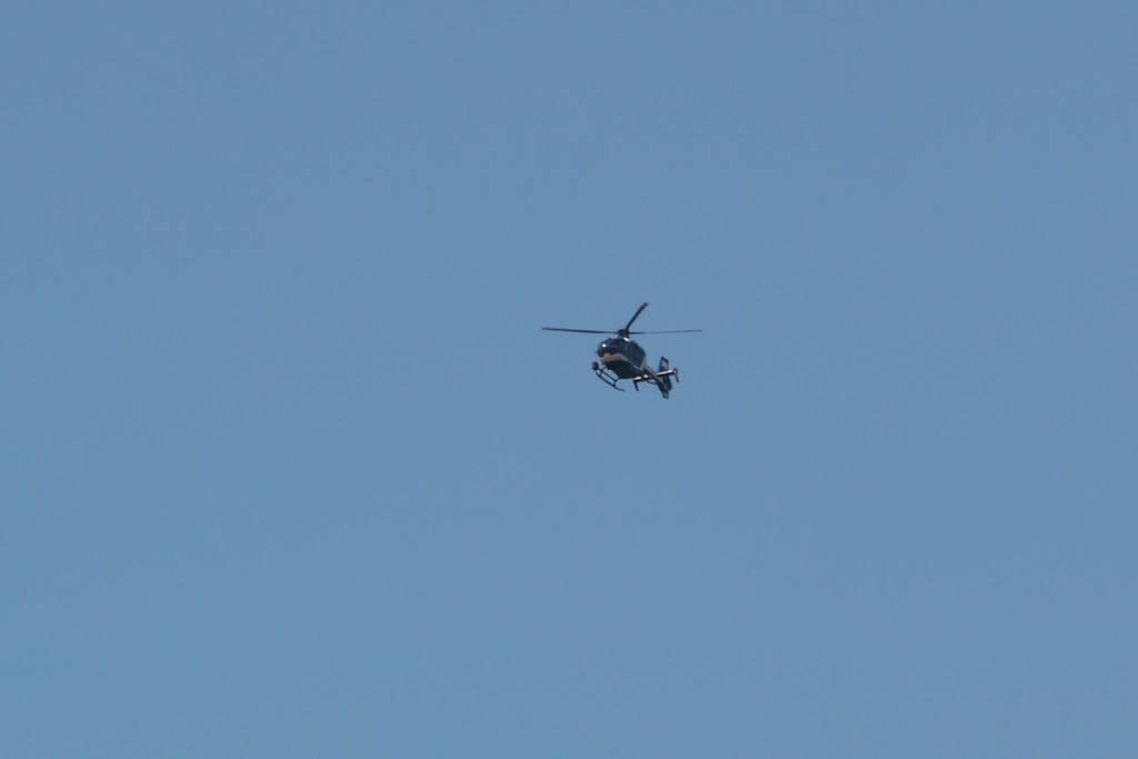 l'hélicoptère de la police surveille,,,