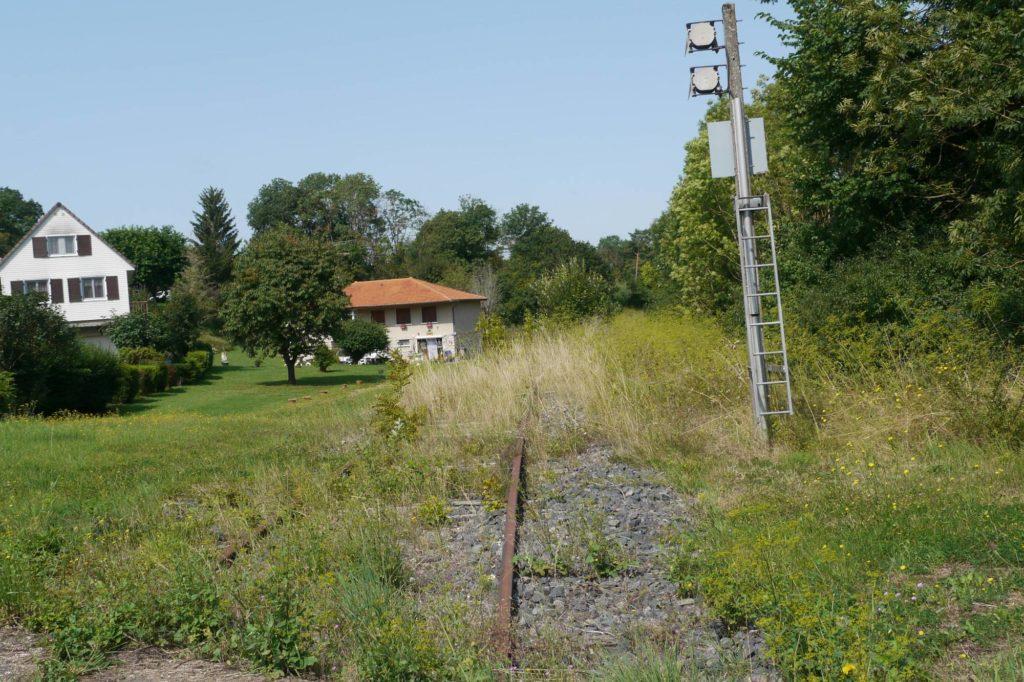 Maison a proximité de l'ancienne voie ferrée, que la SNCF et l'ANDRA veulent réactiver pour les déchets nucléaires
