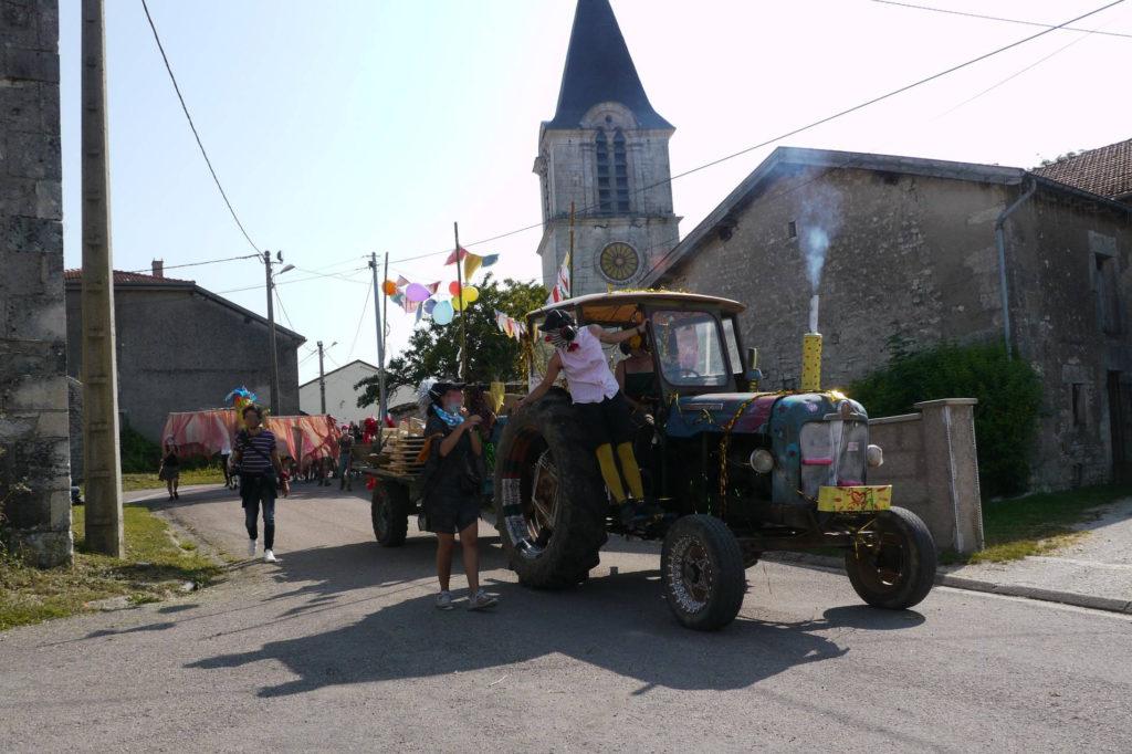 Tracteur et manifestant.e.s dans le village de Horville
