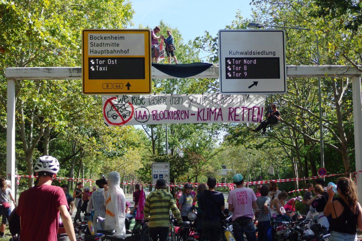 Kletteraktion an einem Verkehrsschild gegen die IAA 2020 in Frankfurt am Main